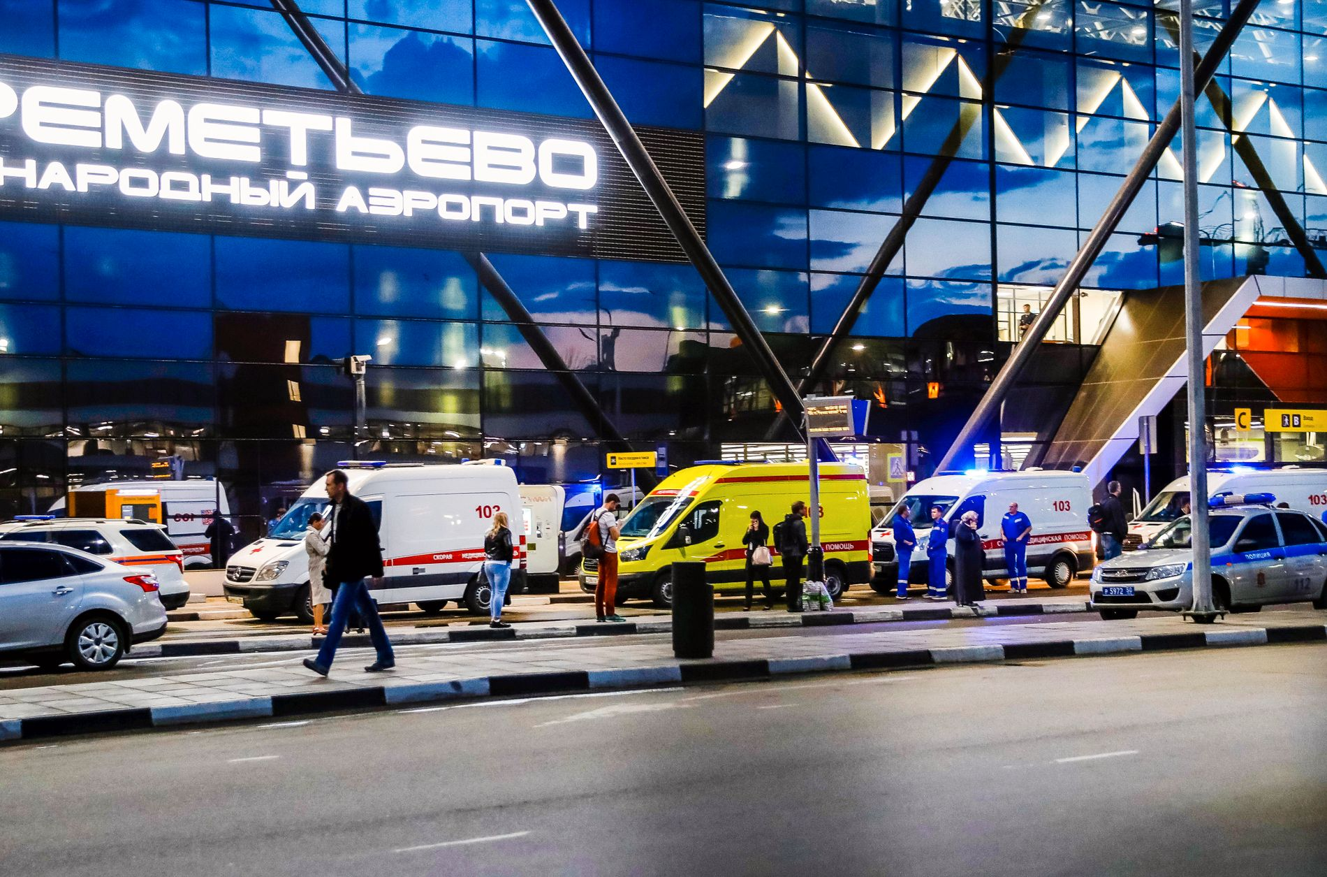 PÅ PLASS: Ambulansebiler venter foran hovedinngangen til Sjeremetjevo-flyplassen utenfor Moskva.