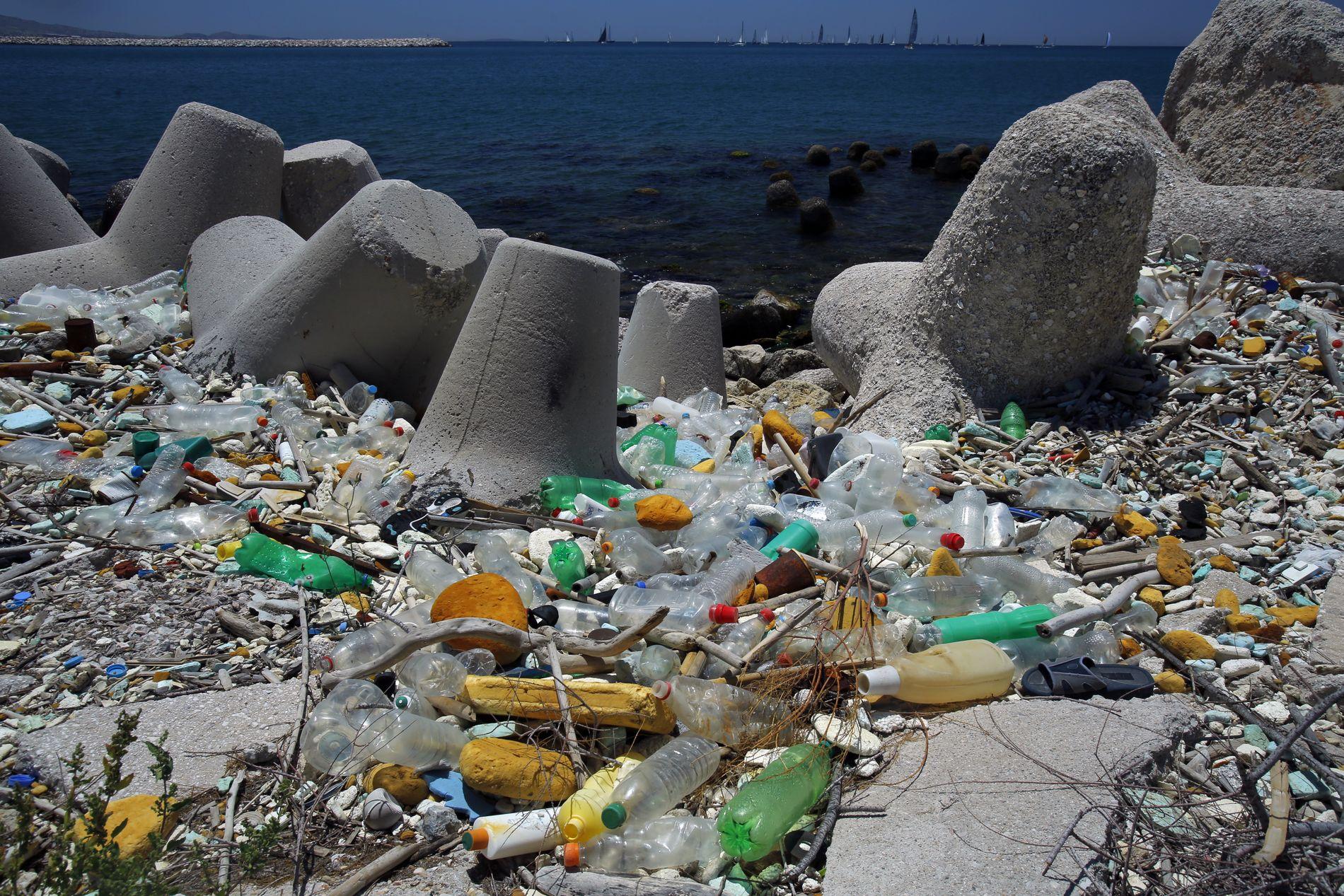 HAVNER I HAVET: Middelhavet er fult av plastsøppel, og turistene bidrar mye til dette om sommeren.