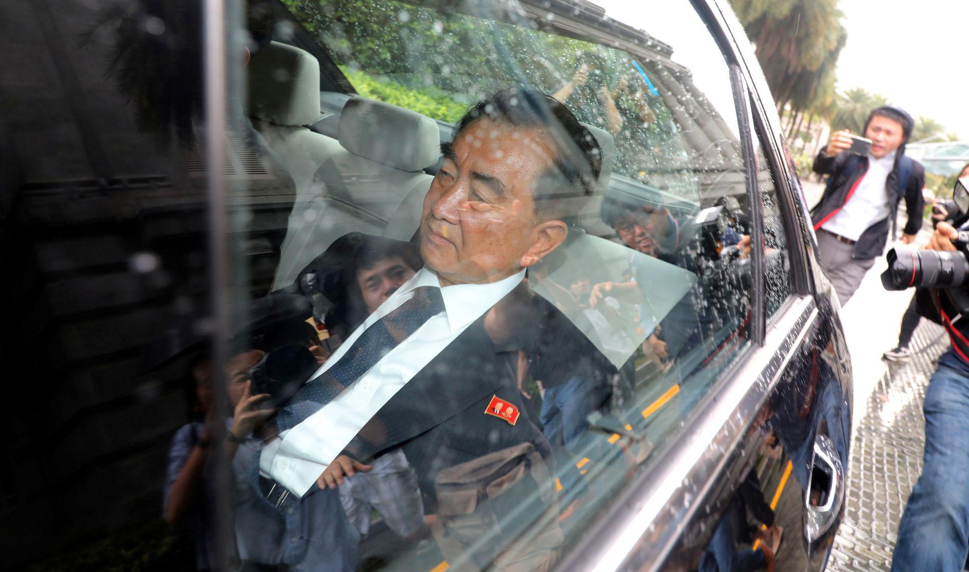 FORBEREDER: Kim Jong-uns stabssjef Kim Chang Son forlater her et hotell i Singapore fredag.