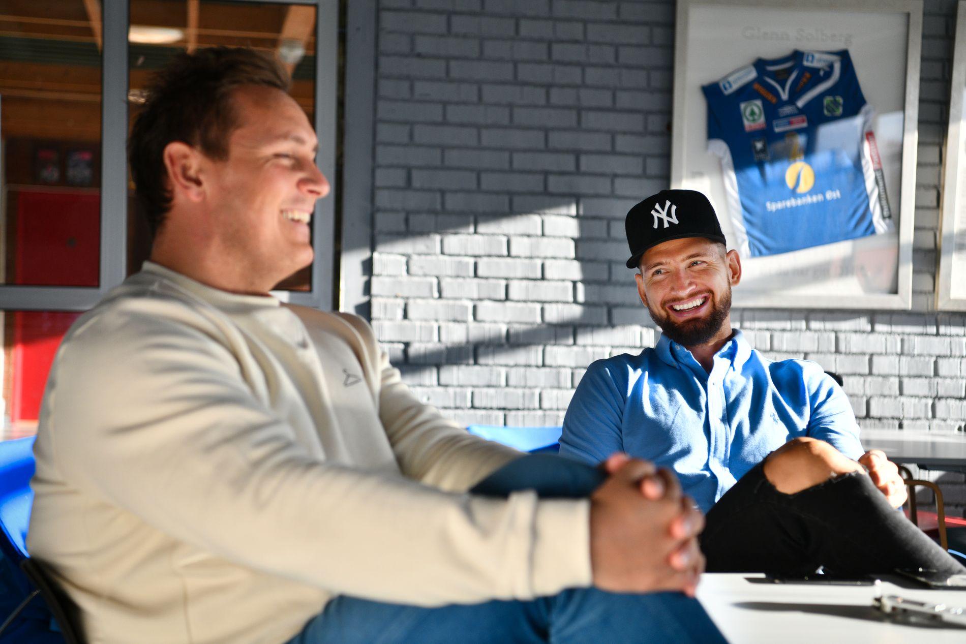BALLSPILLERE PÅ SAMME LAG: Gjennom en krevende livsfase har fotballproff Stefan Strandberg har søkt mye støtte i håndballprofilen Joakim Hykkerud, strekspiller for Drammen og det norske landslaget. Her er duoen sammen i Drammenshallen for VG-intervju.