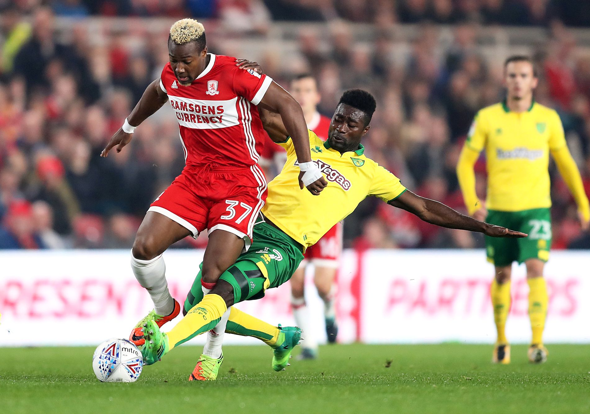 KAN KOMME HJEM: 26. september taklet Alexander Tettey Middlesbroughs Adama Traoré på Riverside Stadium. Neste sesong kan han spille i Norge. Foto: NTB scanpix
