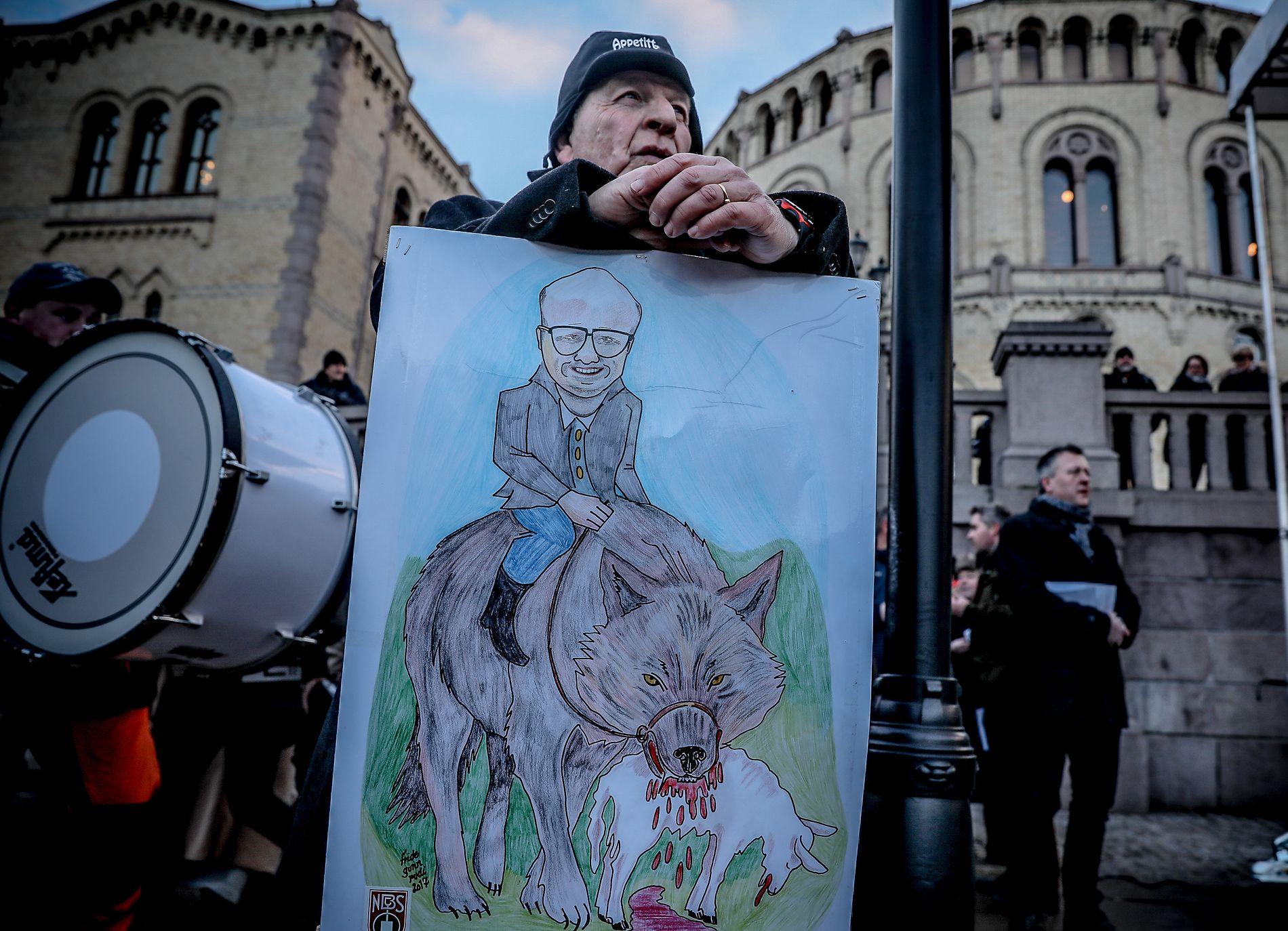 PÅ PLAKATEN: Klimaminister Vidar Helgesen hadde heller ingen høy stjerne under demonstrasjonen for ulvejakt utenfor Stortinget onsdag.