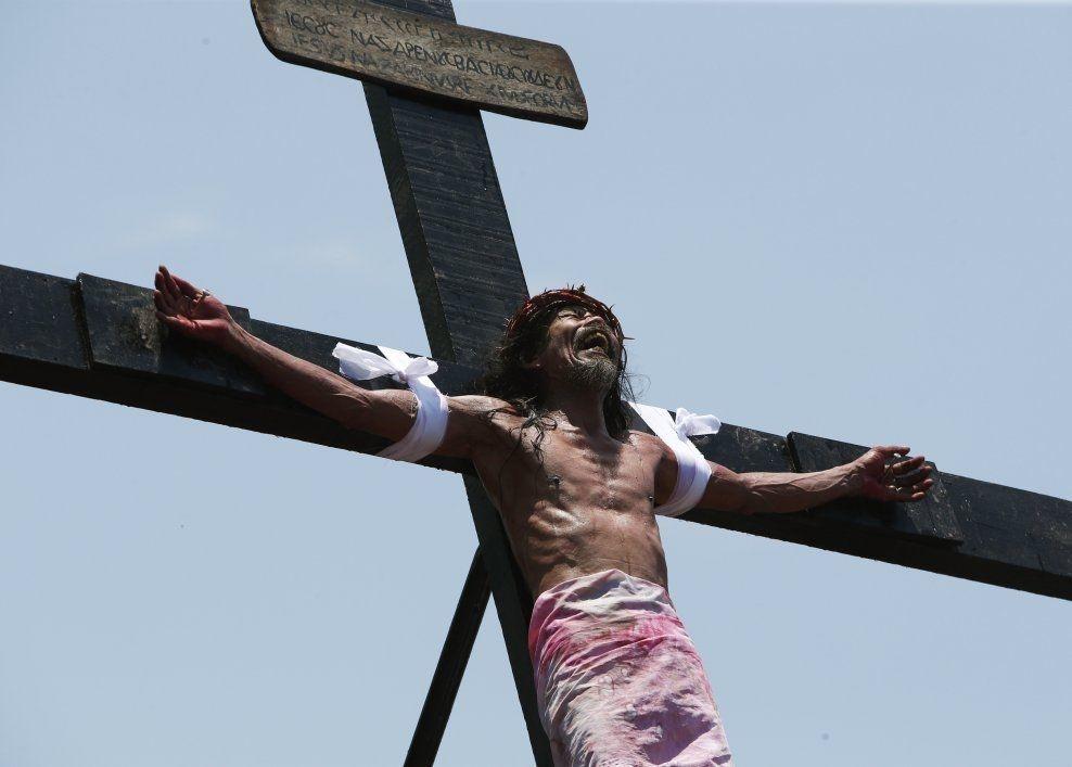 EKSTREMT: En katolsk mann viser tydelige tegn på smerte der han henger spikret til korset i San Fernando fredag. Foto: ERIK DE CASTRO/REUTERS