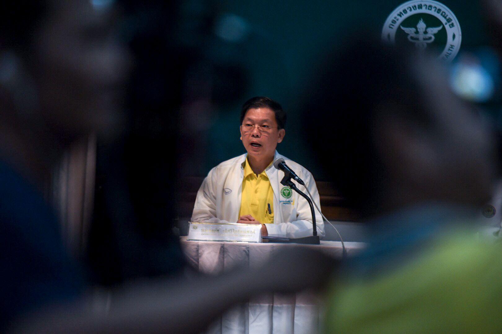 PRESSEKONFERANSE:  Tongchai Lertwilairatanapong fra det thailandske helsedepartementet holdt pressekonferanse ved sykehuset hvor guttene får behandling.