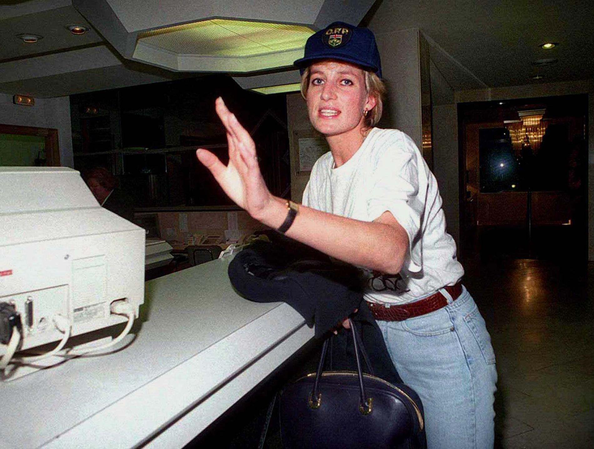 FORFULGT: Diana blir avbildet på et hotel i Alicante i mai 1996.