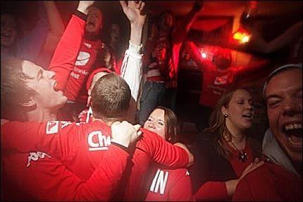 FOLKEFEST I NATT: Stemningen var høy blant Branns supportere i Bergen sentrum i natt. Foto: Bjørn Erik Larsen, VG