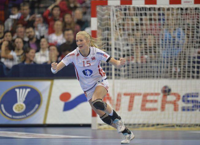 KNE TIL BESVÆR: Linn Jørum Sulland har de to siste sesongene hatt mye vondt når belastningen har blitt for stor på høyre kne. Her er hun fra VM-kampen mot Serbia sist vinter.