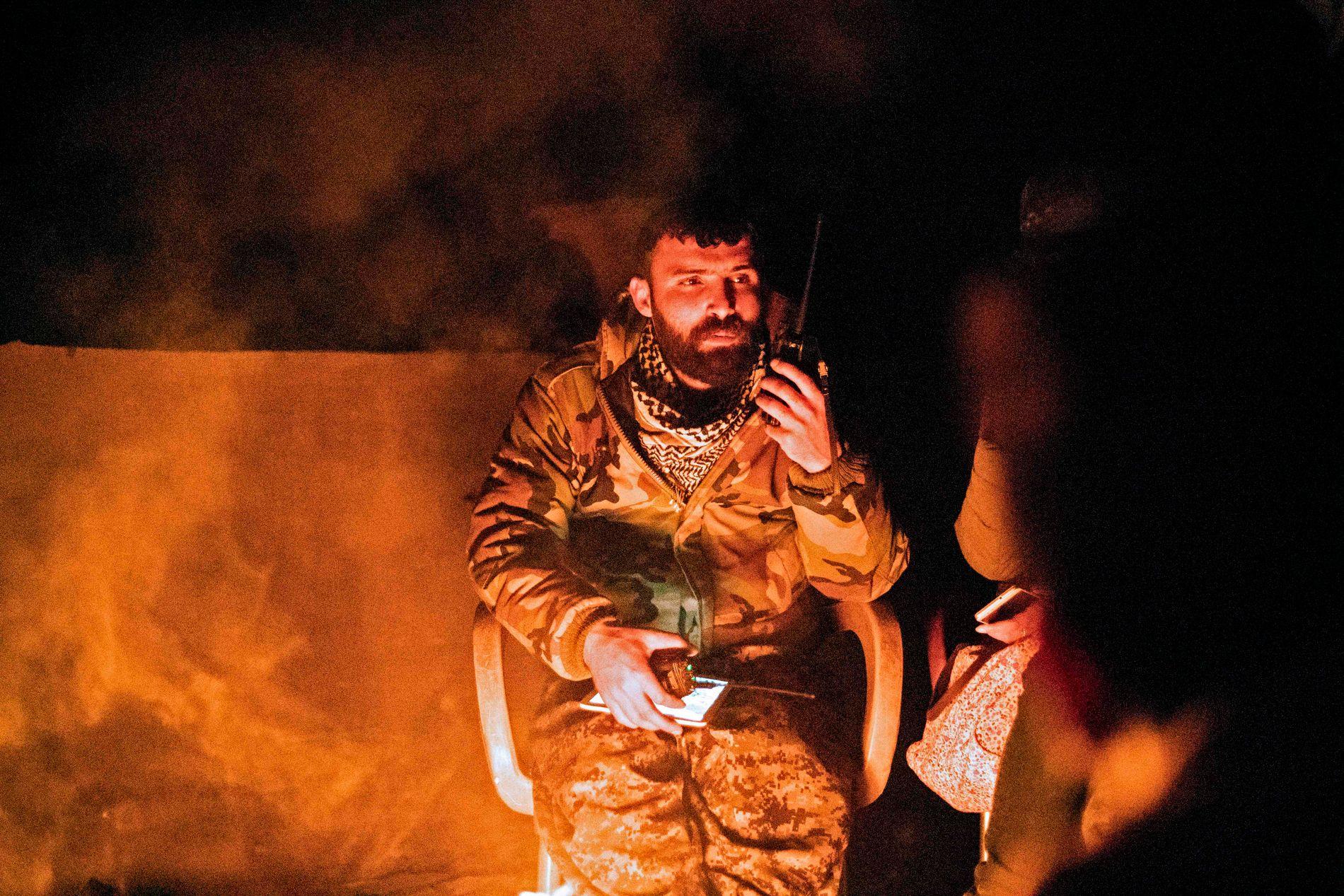 FÅR LUFTSTØTTE: En soldat fra SDF kommuniserer med to-veis radio. Den kurdiskdominerte militsen får støtte fra amerikanske bombefly.