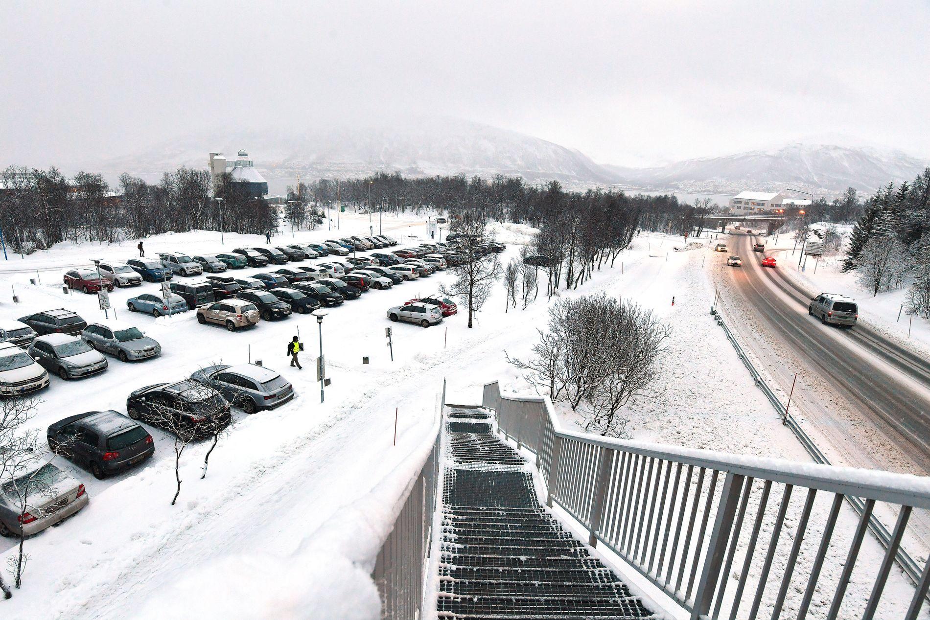 PARKERINGSPLASS: På denne parkeringsplassen like ved Universitetet i Tromsø mener påtalemyndigheten av Ludvigsen skal ha forgrepet seg mot mannen i 30-årene.