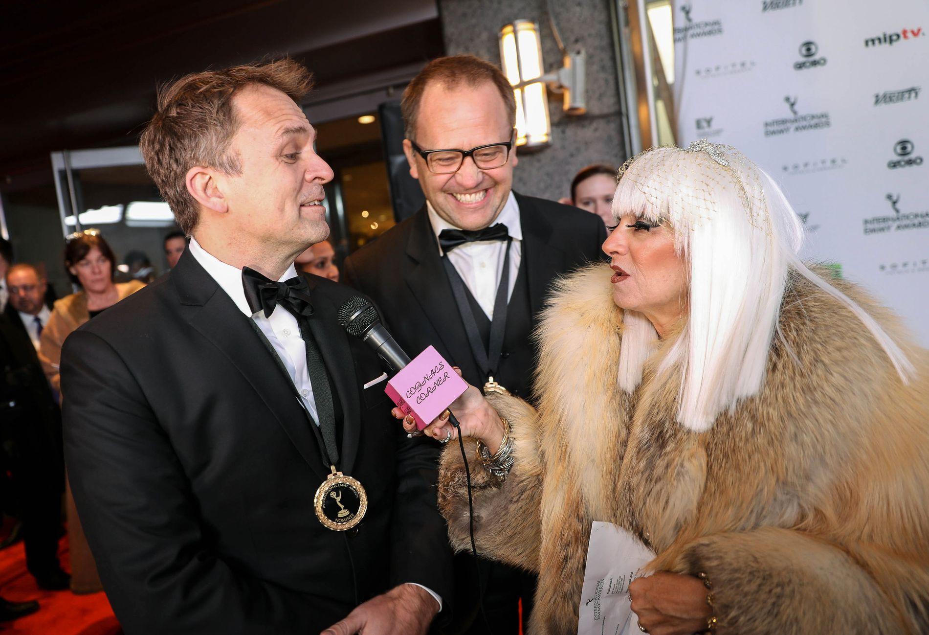 NATTENS VINNERE: Brødrene Gjermund og Vegard Stenberg Eriksen vant i natt Emmy for beste dramaserie for «Mammon 2». Her blir de seiersintervjuet av tv-personligheten Cognag Wellerlane fra Cognac's Corner.