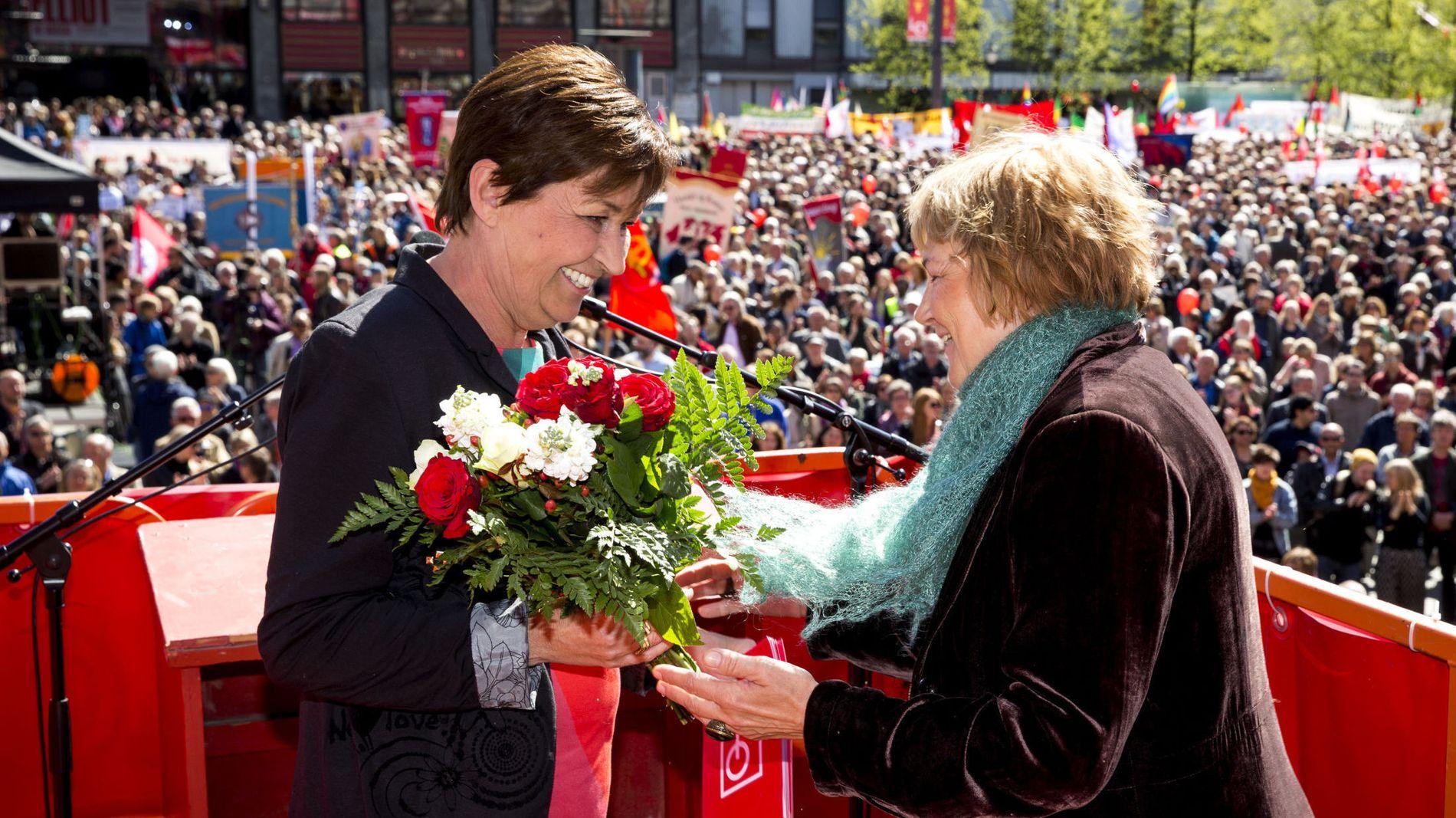 VIL INN I ARBEIDERPARTIETS SENTRALSTYRE: Her mottar LO-leder Gerd Kristiansen (t.v.) blomster etter at hun holdt 1. mai-tale på Youngstorget i Oslo torsdag.