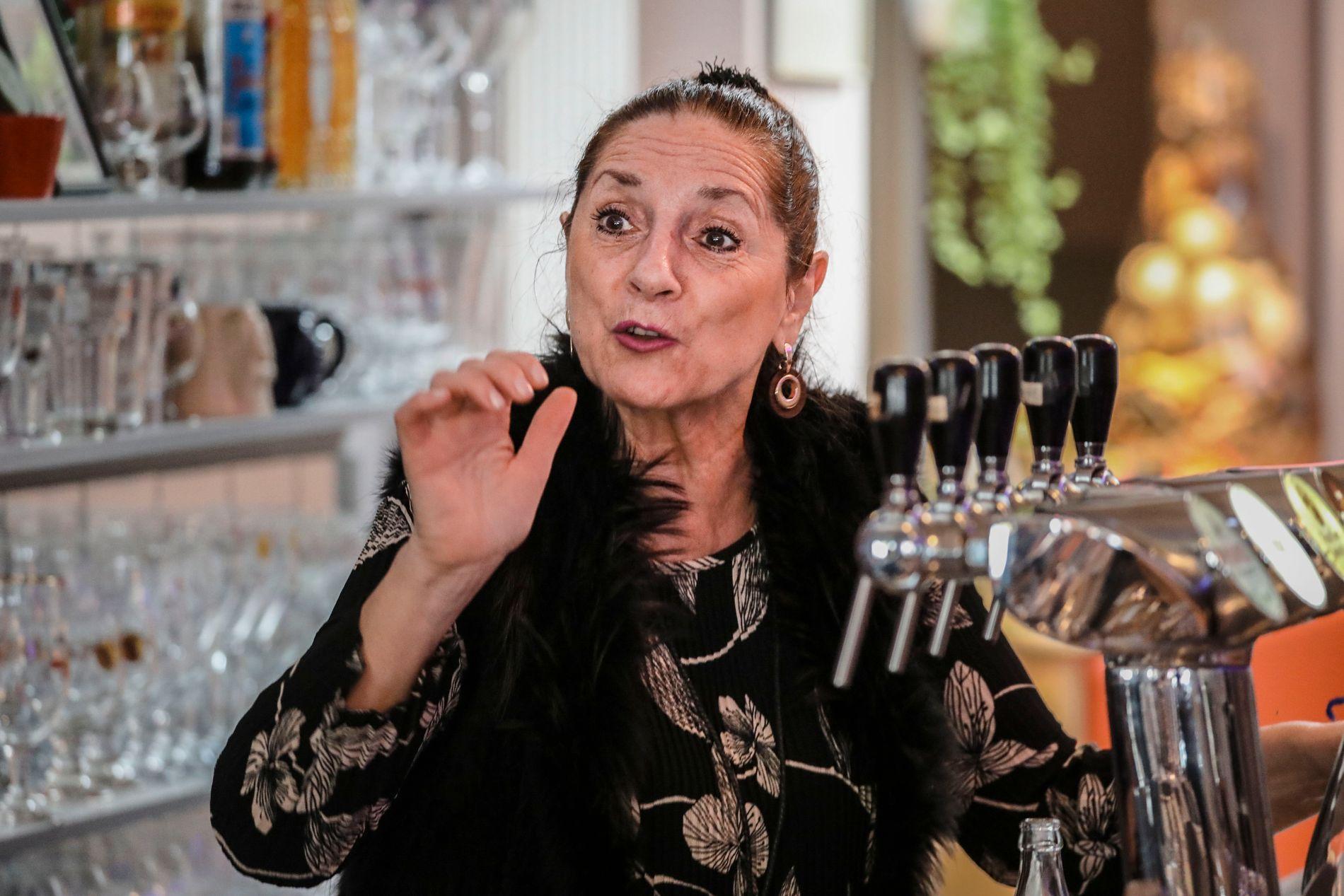 SJOKKERT: Anny Sangulin eier og driver baren Graaf van Egmont som ligger midt i en fasjonabel handlegate i den belgiske byen Mechelen.