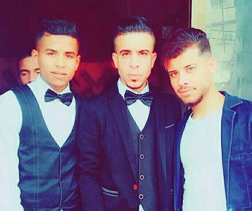 FAMILIE: Abdel Fattah, til venstre, sammen med fetteren Samed Raafat, i midten, og en annen fetter, til høyre.