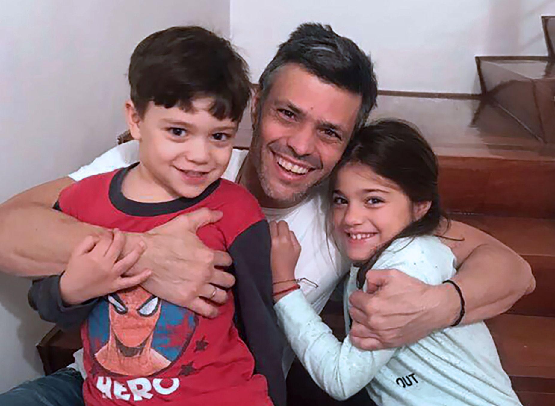 HUSARREST: Leopoldo López med to av barna sine etter overføringen fra fengsel til husarrest i fjor.