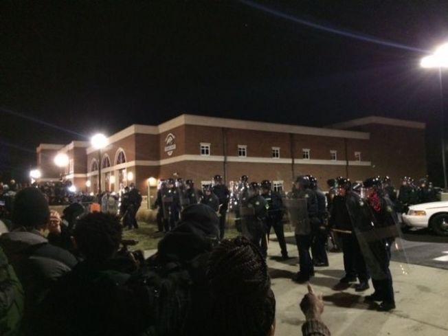 SINNE: Demonstranter reagerte med å kaste gjenstander på politiet.