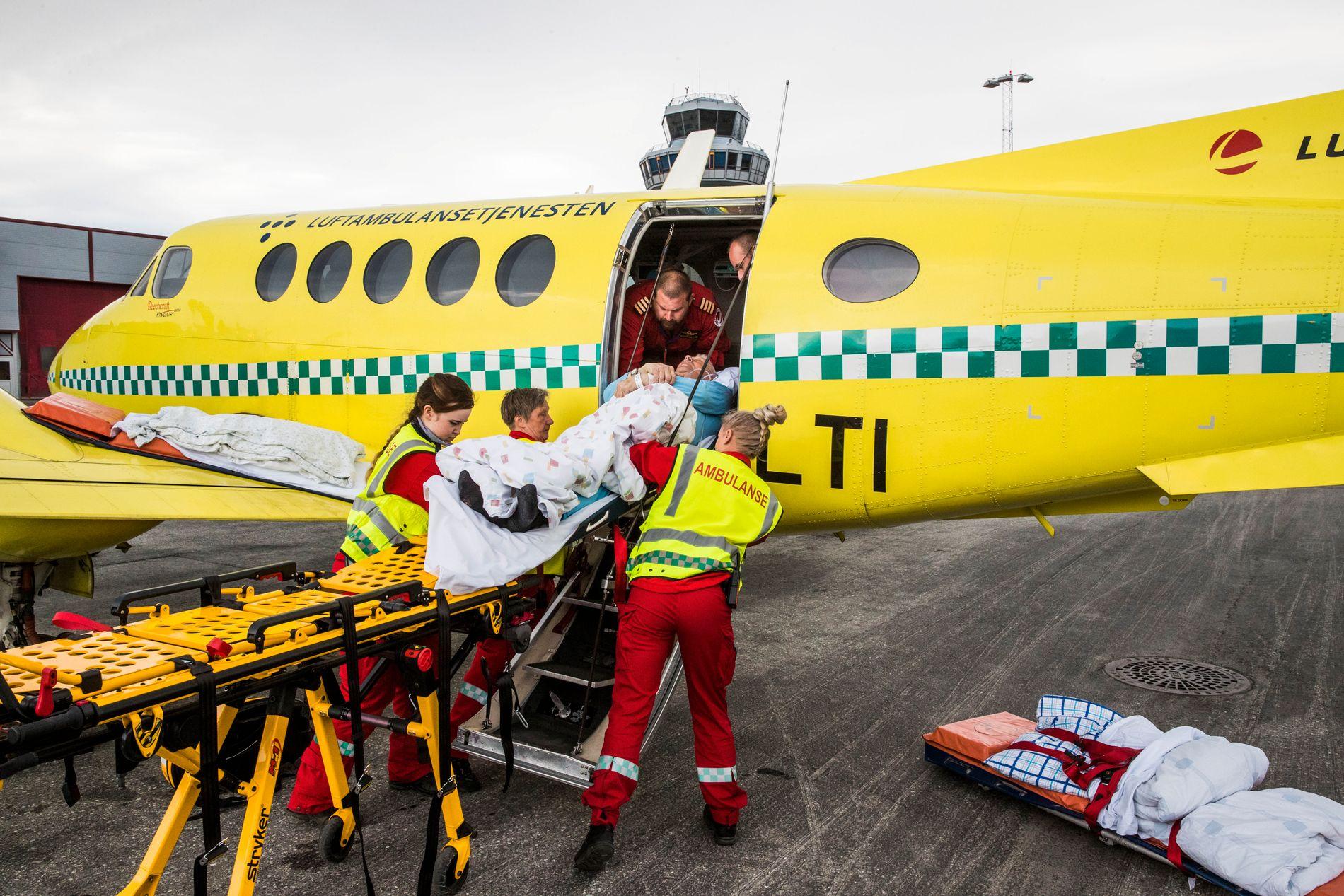 HJEMREISEN: Her løftes Odd Toralf Dervola (79) inn i ambulanseflyet som skal frakte ham hjem til Finnmark.