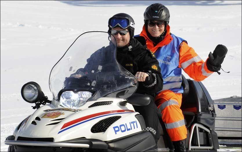 ØVELSE: Kronprinsesse Mette-Marit ble fraktet på snøskuter inn i fjellområdet der Øvelse Vikafjell fant sted torsdag. Foto: Scanpix