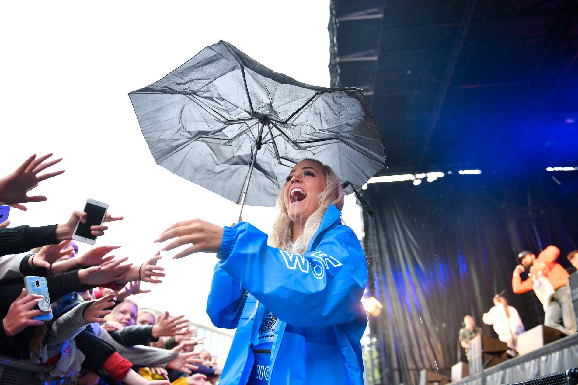KAN DROPPE PARAPLYEN: Været på fredag ser ut til å bli bedre enn da VG-Lista besøkte Trondheim i fjor. Da stilte Julie Bergan med frynsete paraply for å komme unna regnet.