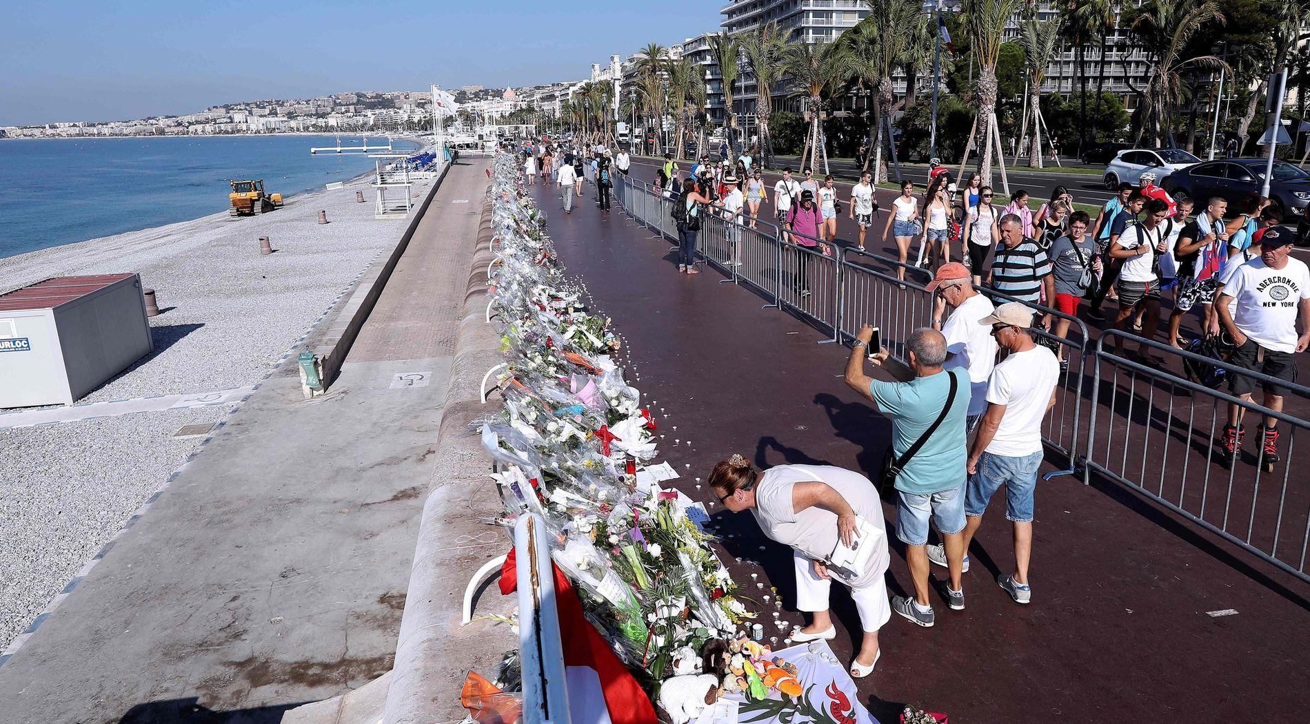 FRANKRIKE MINNES: Tusenvis av blomsterbuketter ble lagt ned langs Promenade des Anglais i Nice i tiden etter terrorangrepet.