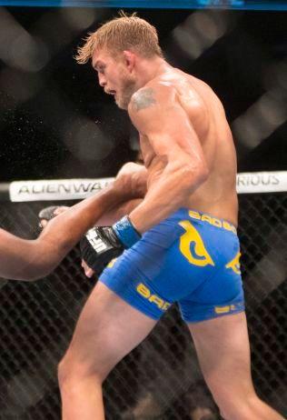 SVENSK PROFIL: Alexander Gustafsson, her i aksjon mot Jon Jones i 2013, er en av profilene i UFCs lett tungvekt-klasse.