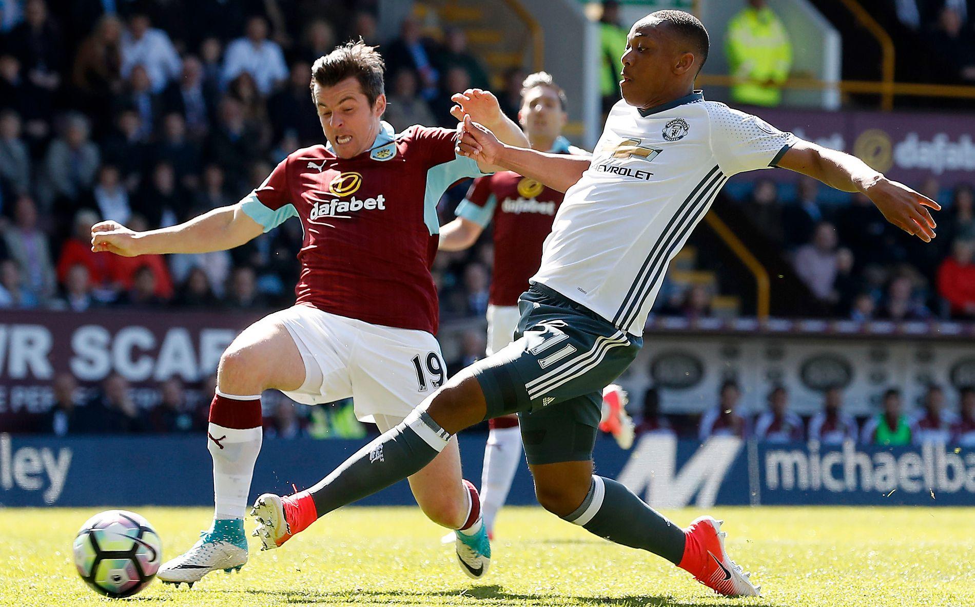SATT UT AV SPILL: Burnleys Joey Barton (til venstre) mot Manchester Uniteds Anthony Martial sist helg. Nå kan det gå lenge før 34-åringen er tilbake på banen.