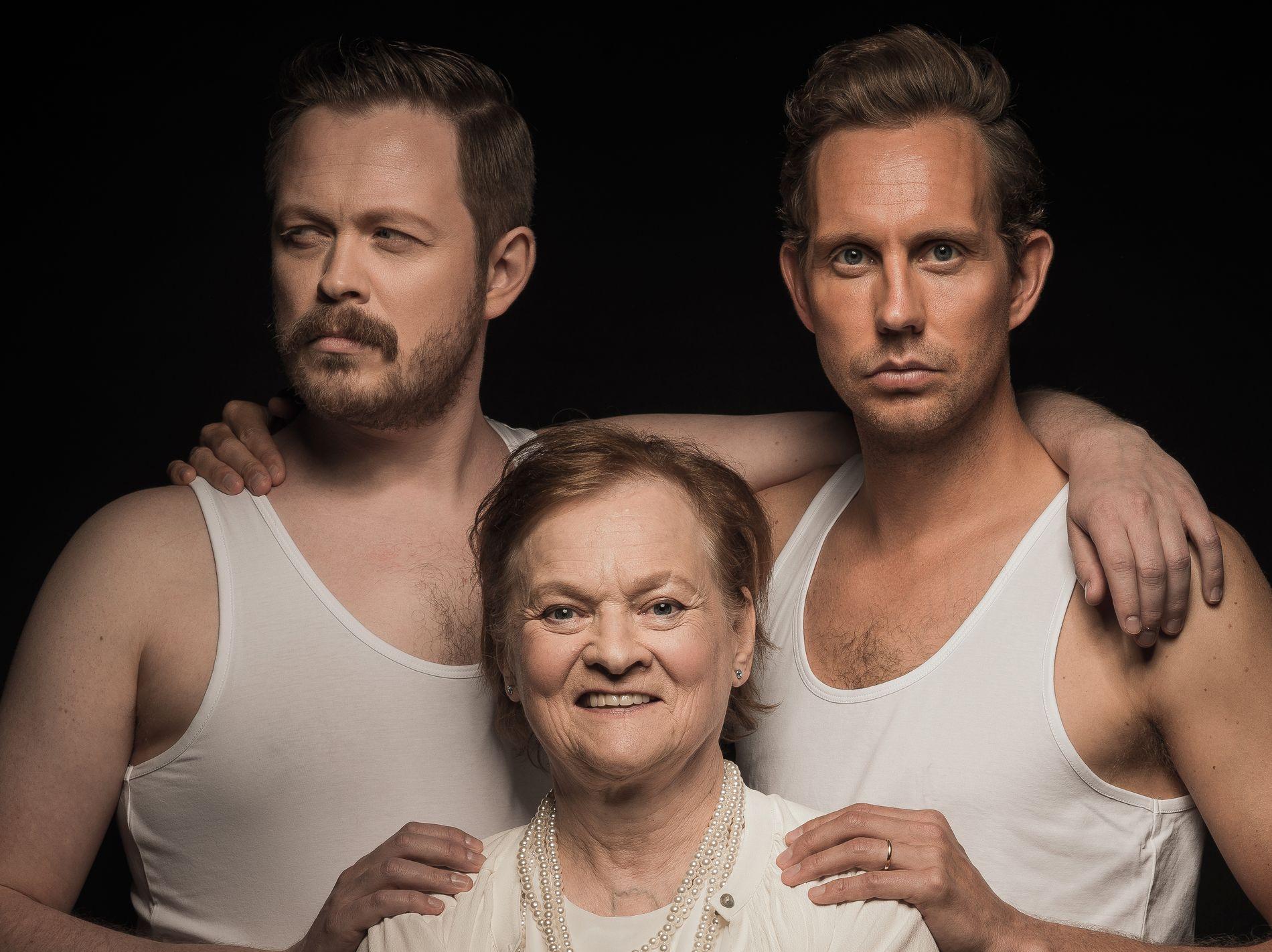 HJELPER RANDI: Randi Henriksen, innehaver av Randi parfymeri, sammen med de to komikerne på en fotoseanse for parfymen «Glamour Riviera», som blir lansert eksklusivt for den lille butikken i Tromsø. Foto: TV2