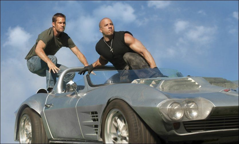 UTSETTES: Paul Walker, her med Vin Diesel i en av «Fast & Furious»-filmene. Den syvende filmen blir fullført, men nå er innspillingen utsatt på ubestemt tid, melder filmselskapet Universal. Foto: AP Photo/Universal Pictures, Jaimie Trueblood