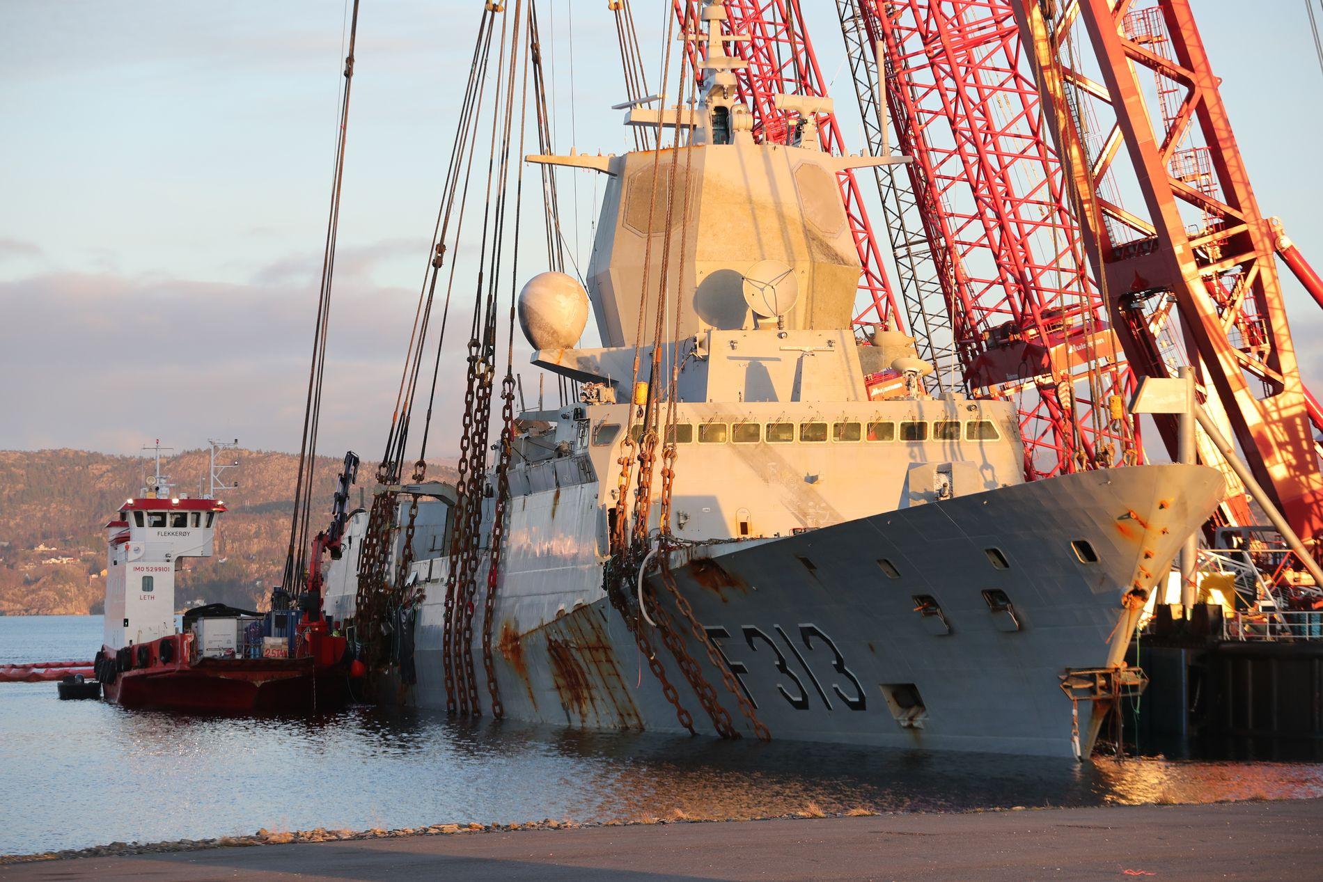 NÅ: Fregatten har kommet seg godt over vann, men det er fortsatt kritiske faser som gjenstår.