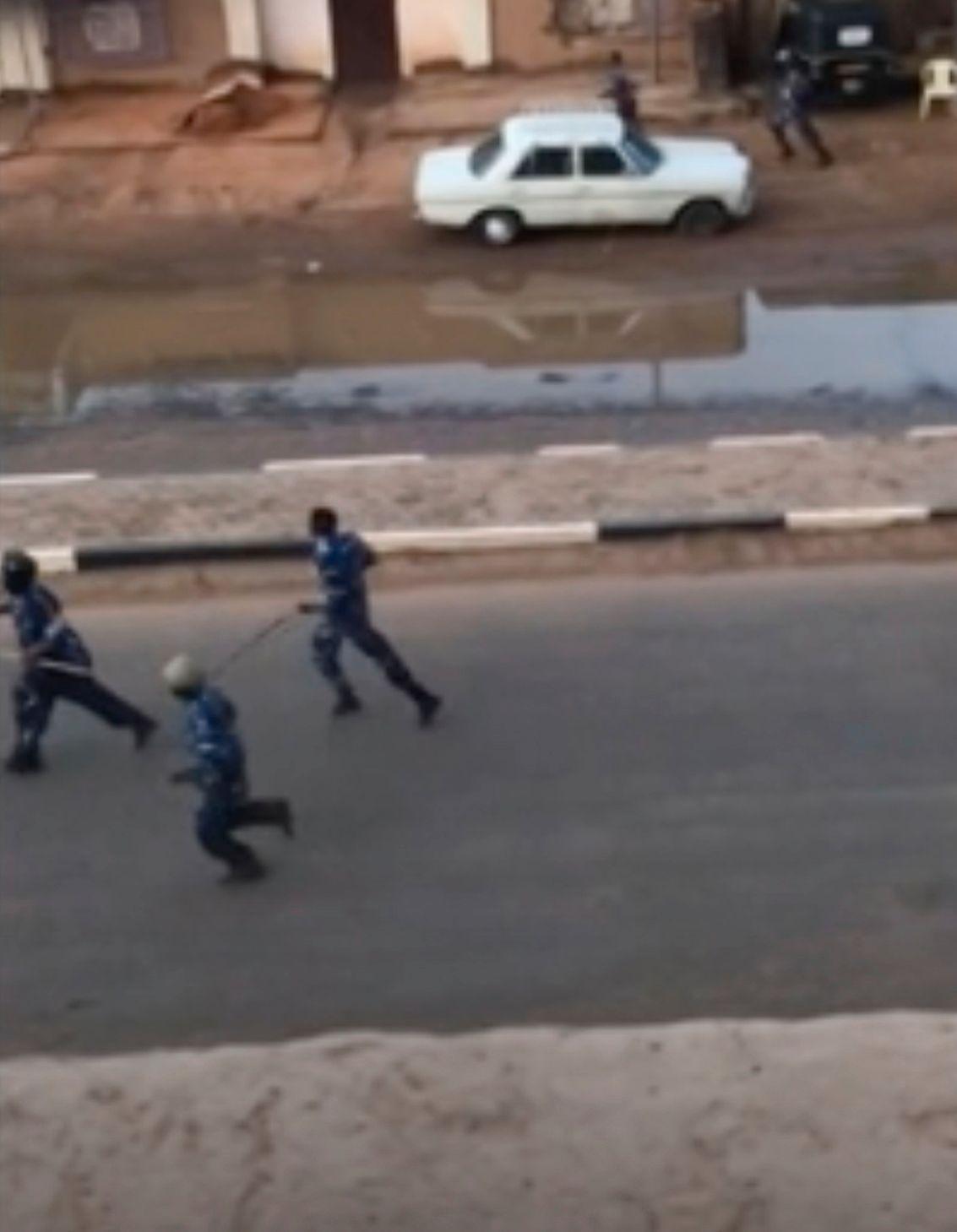 TIL AKSJON: Politioffiserer fotografert i skjul i Sudans hovedstad Khartoum mandag morgen den 3. juni.