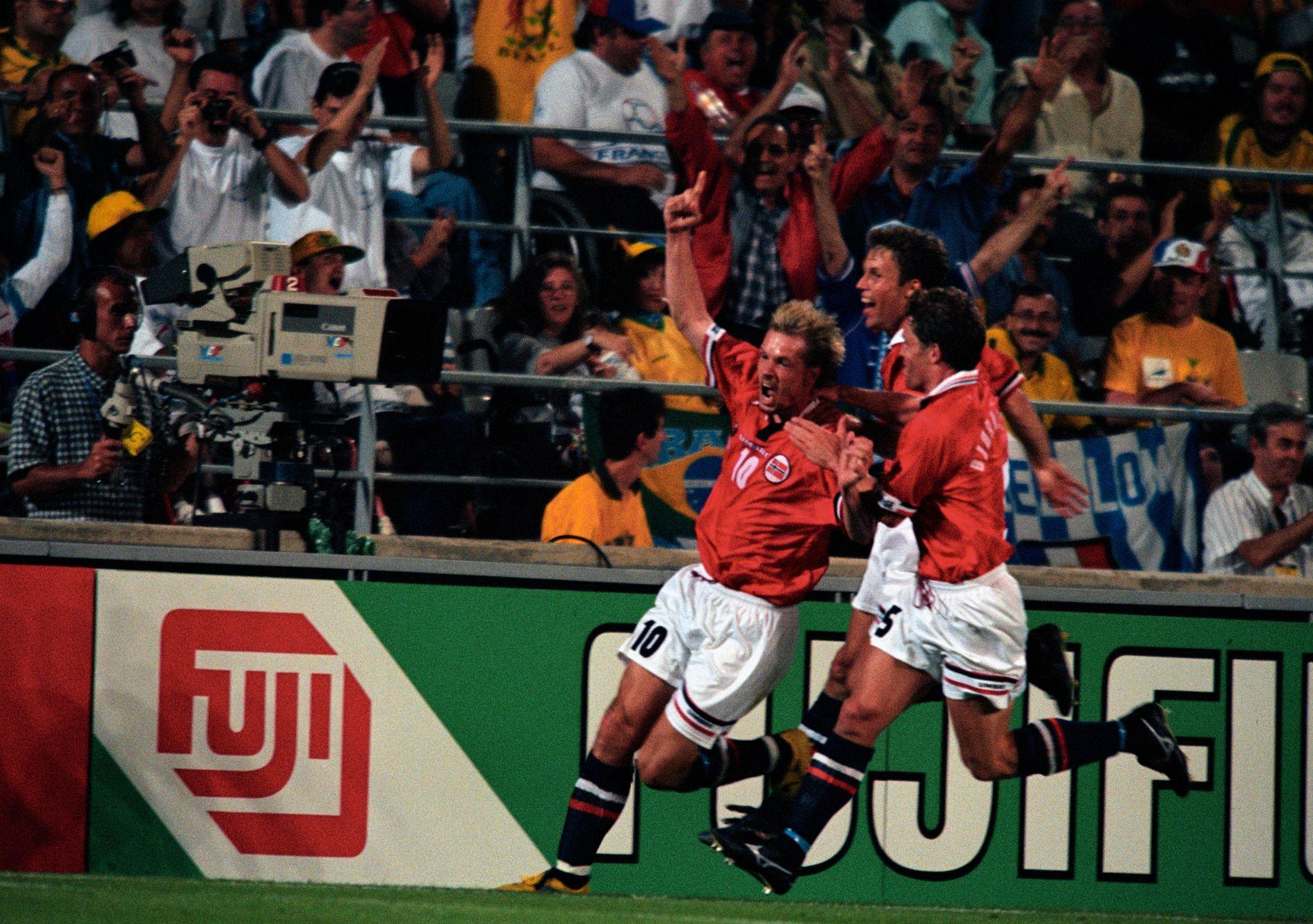 JUBLER: Kjetil Rekdal har akkurat scoret på straffe og sikret seieren mot Brasil under VM i Frankrike i 1998. 9. juni blir det returkamp på Ullevaal stadion - 20 år etter mirakelet i Marseille. Og i dag er Marius Lien ute med en bok om kampen.