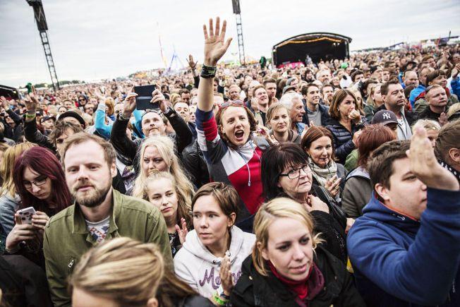 POPULÆR: Flere tusen hadde tatt turen for å få med seg Lars Winnerbäcks konsert på Bråvallafestivalen 2015. Foto: Emma Svensson