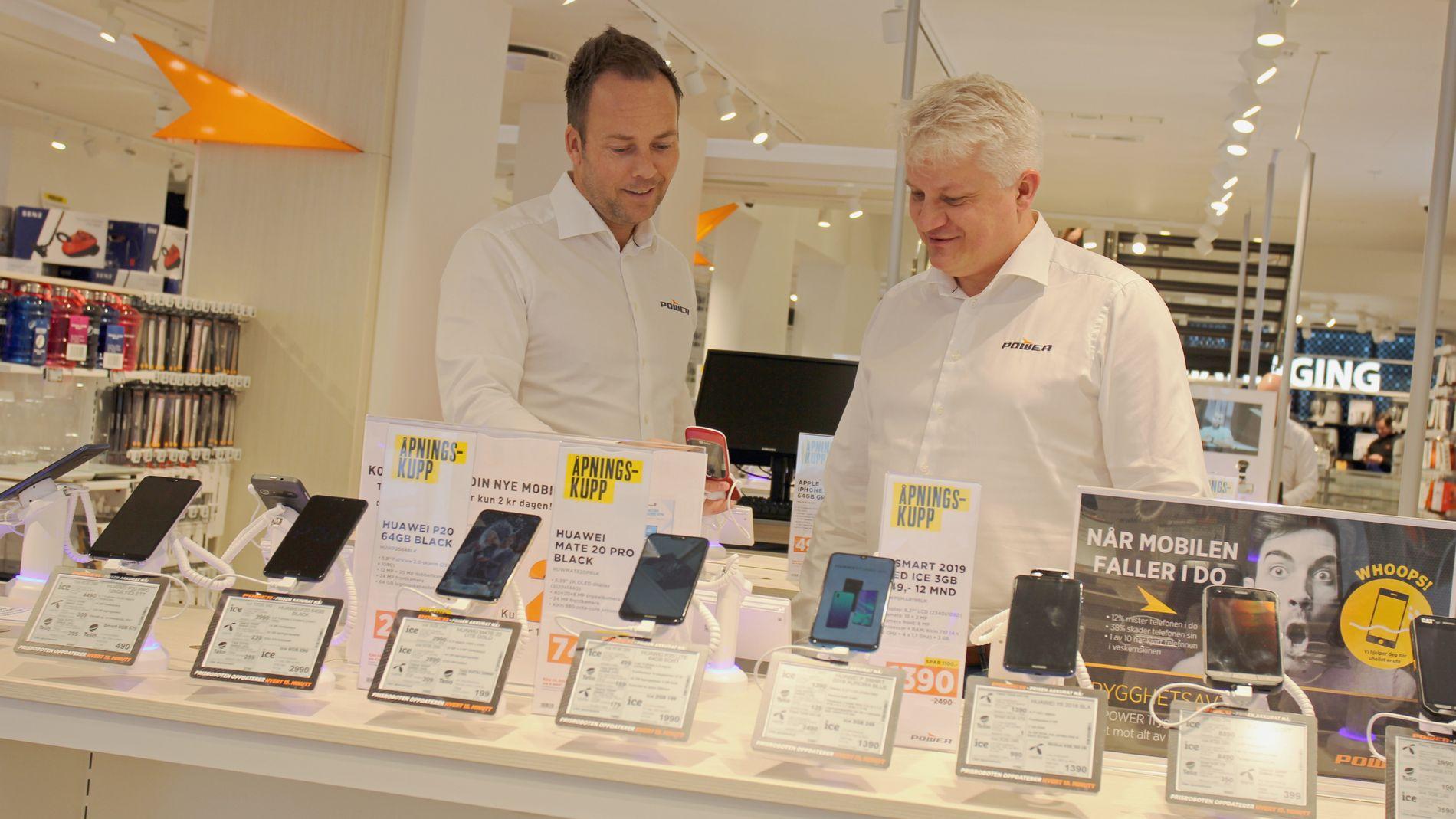 NYE BUTIKKER: Power Norge-sjef Anders Nilsen (t.v.) og konsernsjef i Power Ronny Blomseth (t.h) i selskapets nye butikk i Lille Grensen i Oslo sentrum. Selskapet skal åpne mange nye varehus i årene fremover.