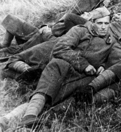 Jurij Vladimirovitsj Ekarev overlevde nazistenes fangenskap. Her fotografert i avslappet positur sammen med sine kamerater i 1946 eller 1947.