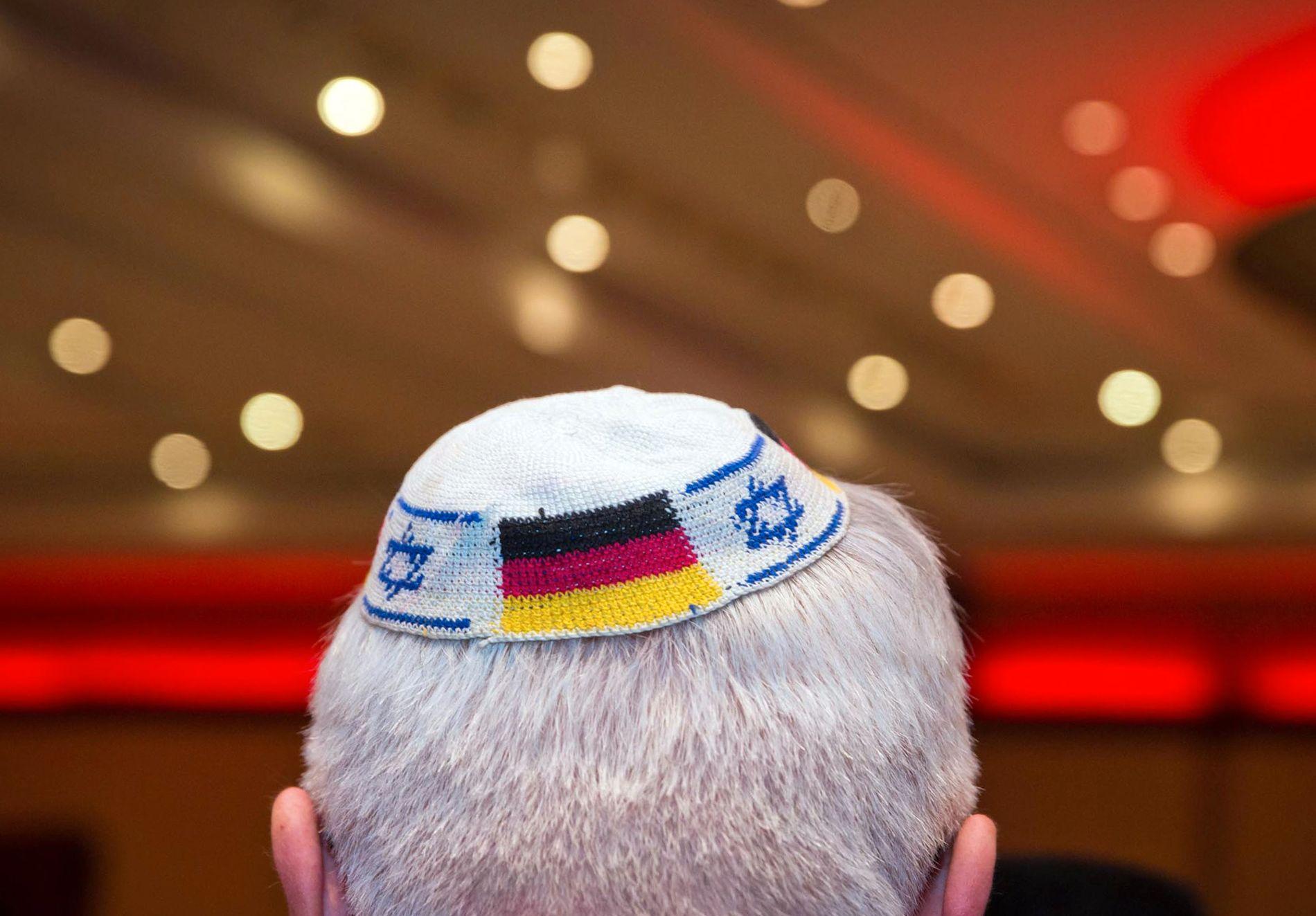 KIPPA: En mann bruker en kippa, en jødisk kalott, dekorert med det israelske og tyske flagget. Nå slår Israels president alarm om det han mener er jøders manglende trygghet på tysk jord.