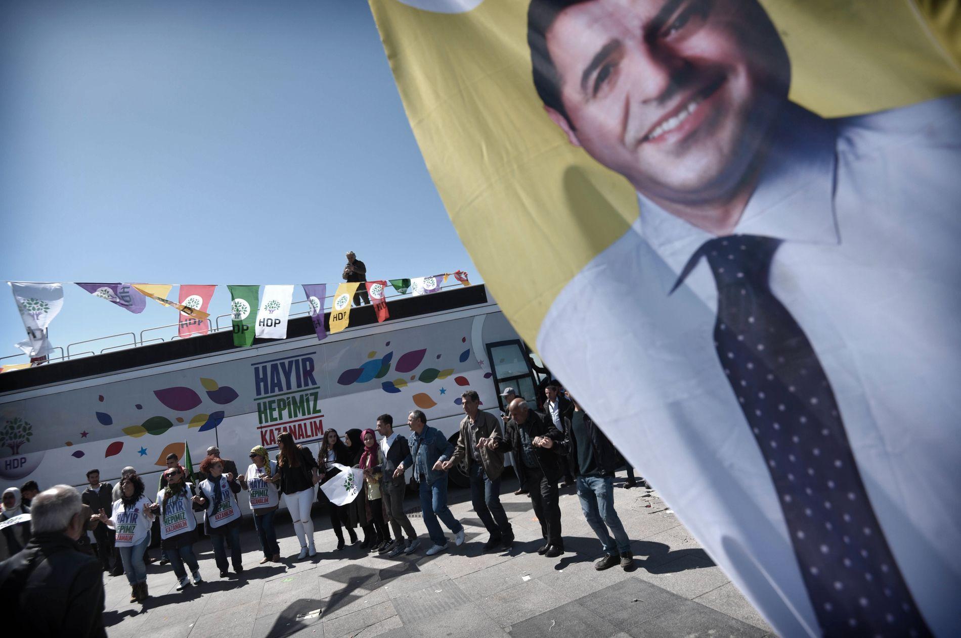 IKONISK: Den fengslede partilederen Selahattin Demirtas er fortsatt godt synlig på HDP sine arrangementer.