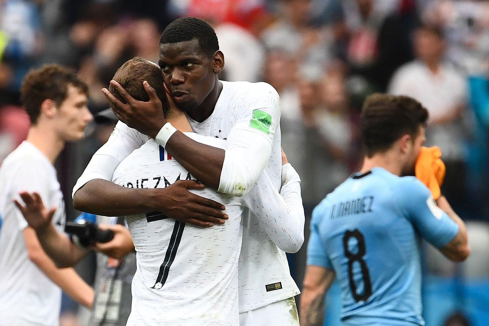 BESKYTTER KOMPISEN: Paul Pogba har ingenting til overs for de som kritiserer hans gode venn Antoine Griezmann, her etter 2–0-seieren over Uruguay i VMs kvartfinale.