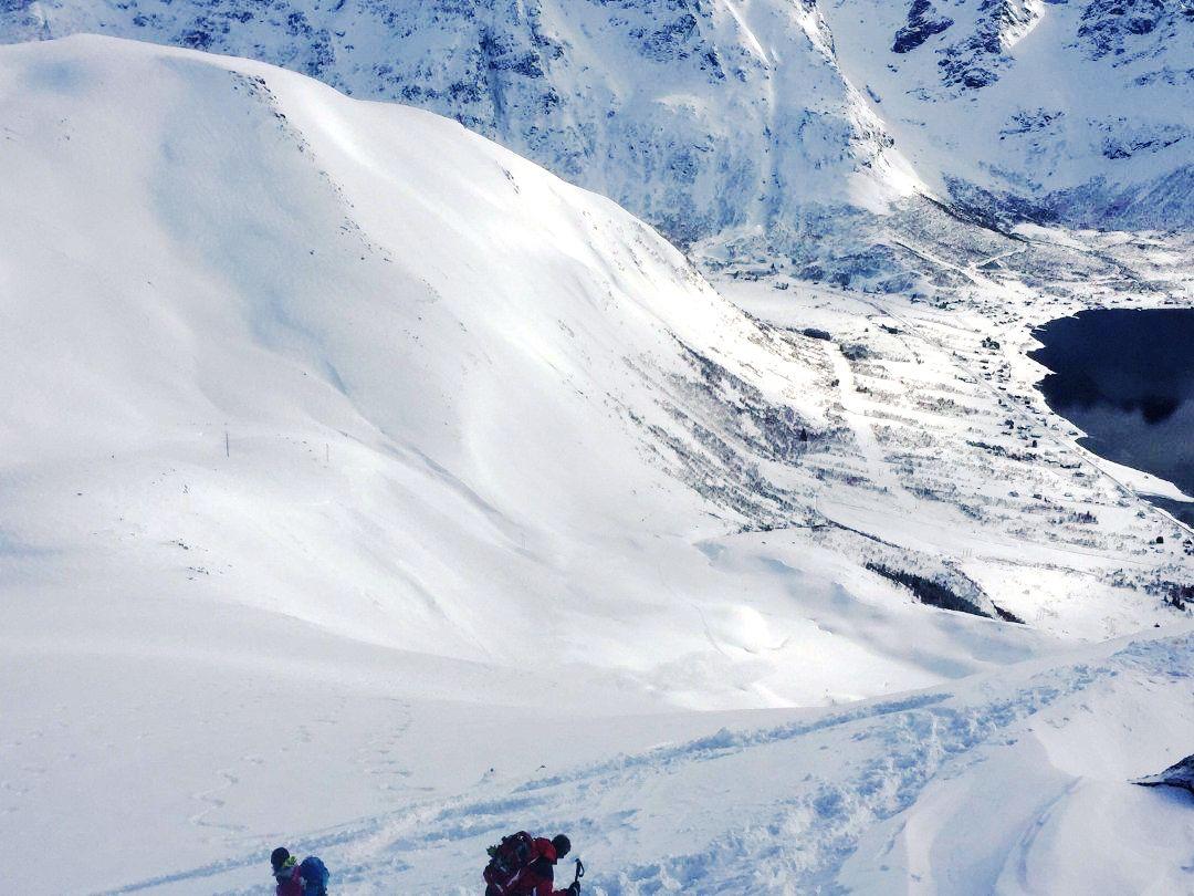 Utenlandske skiturister skal ha utløst skred ved Laupstad i Lofoten.