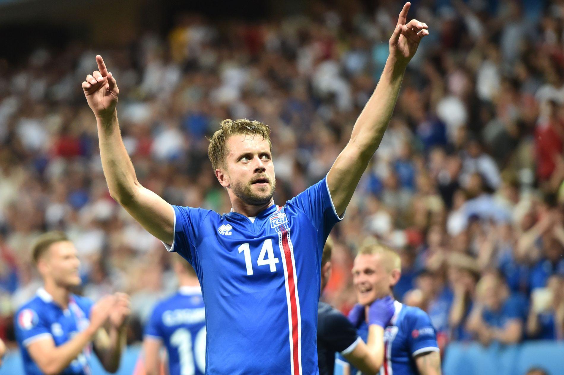 MÅ HOLDE HODET KALDT: Kari Arnason er én av Island-spillerne som må være obs på unødvendige gule kort i aften. Her jubler Malmö FF-forsvareren mot England sist mandag.