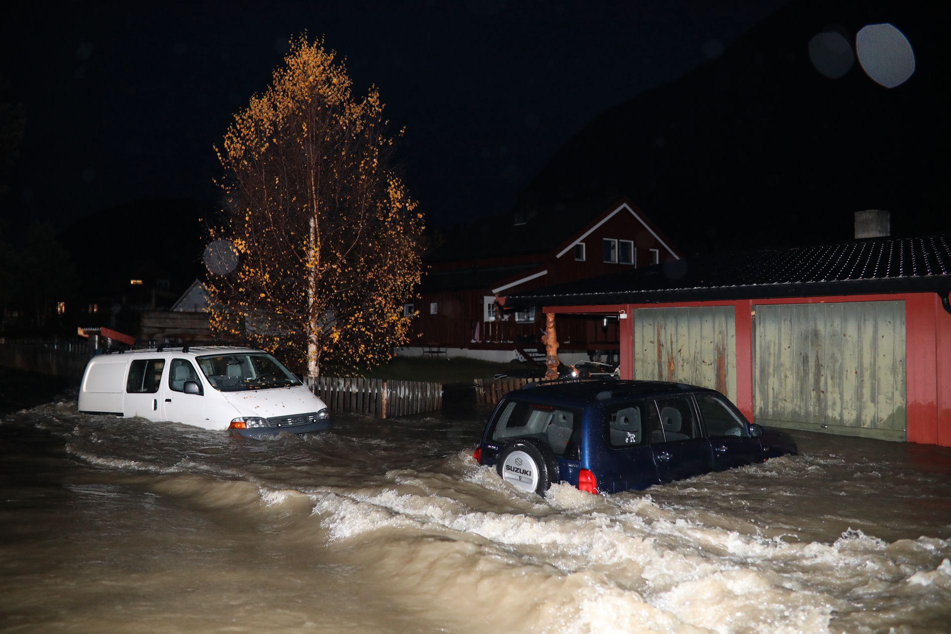 UMULIG MED BIL: Det var ikke mulig å bruke bil i Bismo søndag kveld.