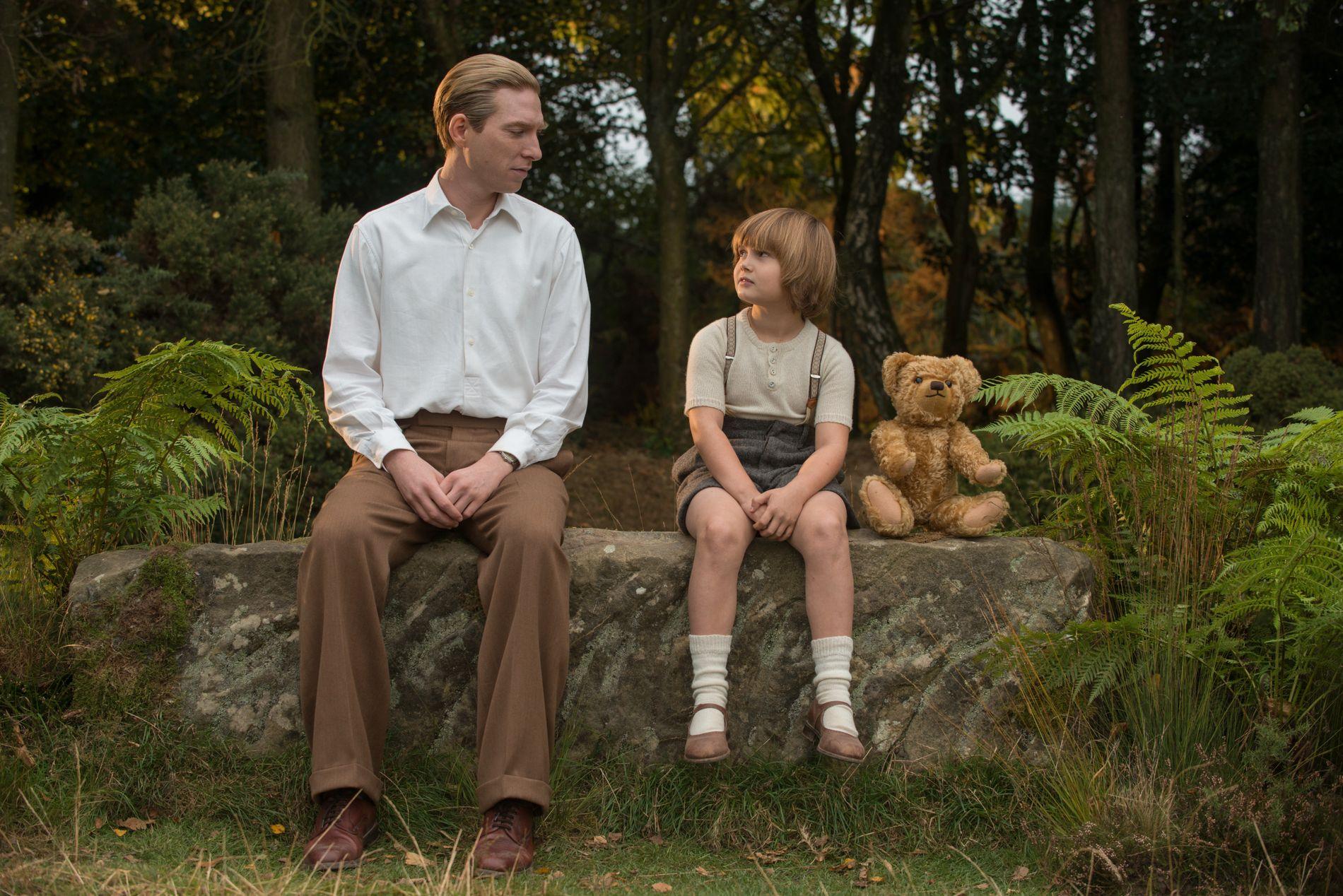 FREMMED FAMILIE: Far (Domnhall Gleeson) og sønn (Will Tilston) i «Adjø, Christopher Robin».