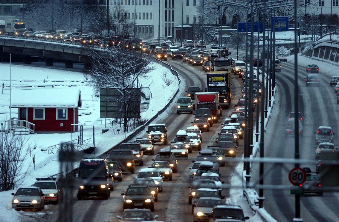 MER TRAFIKK: Oslobyråd Lan Marie Nguyen Berg mener det blir mer trafikk på E18 inn til Oslo med 3x3 motorvei slik samferdselsminister Ketil Solvik-Olsen ønsker. Her fra E18 i Sandvika. Foto: Mattis Sandbald