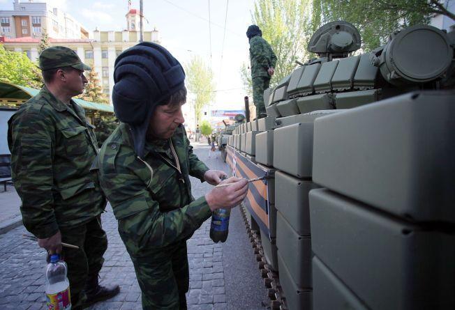 ALLIANSER: – I tillegg til å bidra med finansiell støtte til partier og bruk av høyreekstreme aktivister og politikere som propagandaredskap, er russiske miljøer nå i ferd med å bygge det de kaller Den nasjonalkonservative bevegelse (WNCM), skriver kronikkforfatteren. Bildet viser pro-russiske soldater i den selvproklamerte folkerepublikken Donetsk.