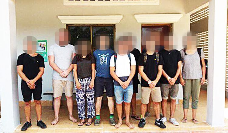 PÅGREPET: Disse ti turistene er pågrepet i Kambodsja. Dette er et bilde som lokalt politi har gitt ut til mediene.