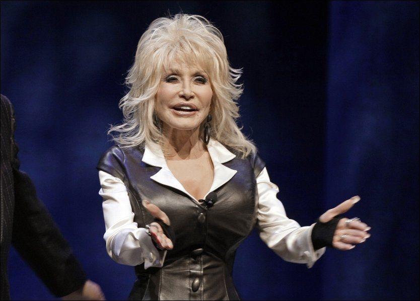 KLAR FOR NORGE: Dolly Parton (67) kommer tilbake til Norge i juli neste år. Foto: AP