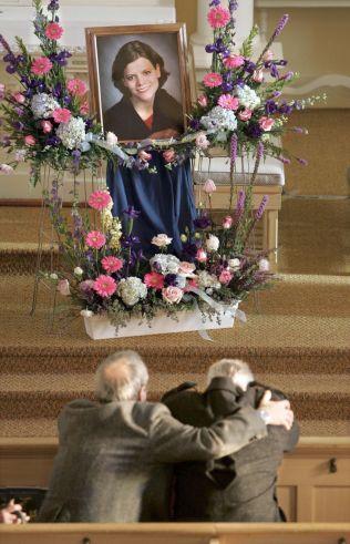 OFFERET: Teresa Halbach ble aldri sett igjen etter 31. oktober 2005. Her sørger bekjente i St. John Baptist Church 19. november 2005.