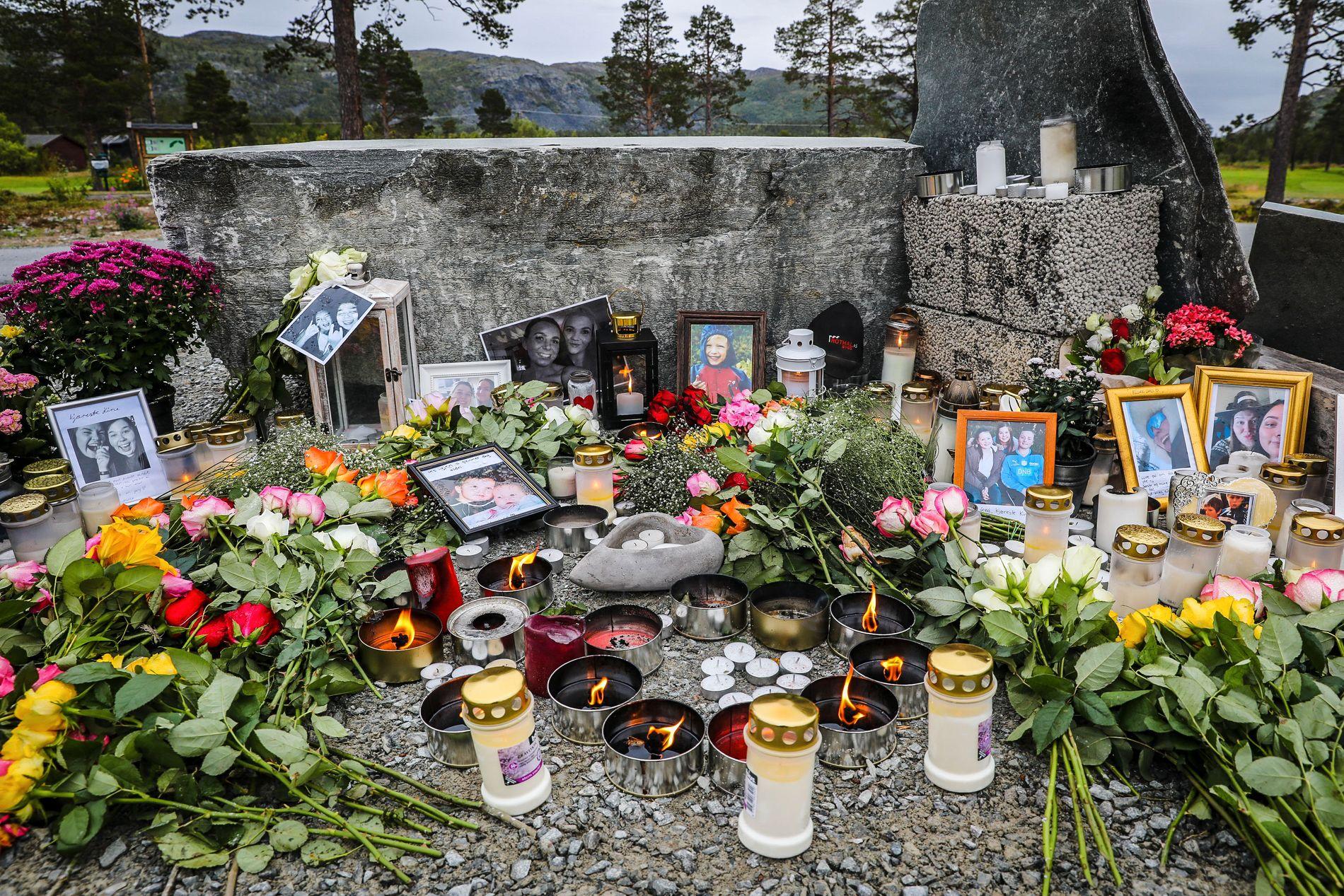 MINNESTED: Ved golfbanen i Kvenvik, like ved grusplassen hvor helikopteret tok av før ulykkesturen, minnes familier, venner og kolleger de unge menneskene.