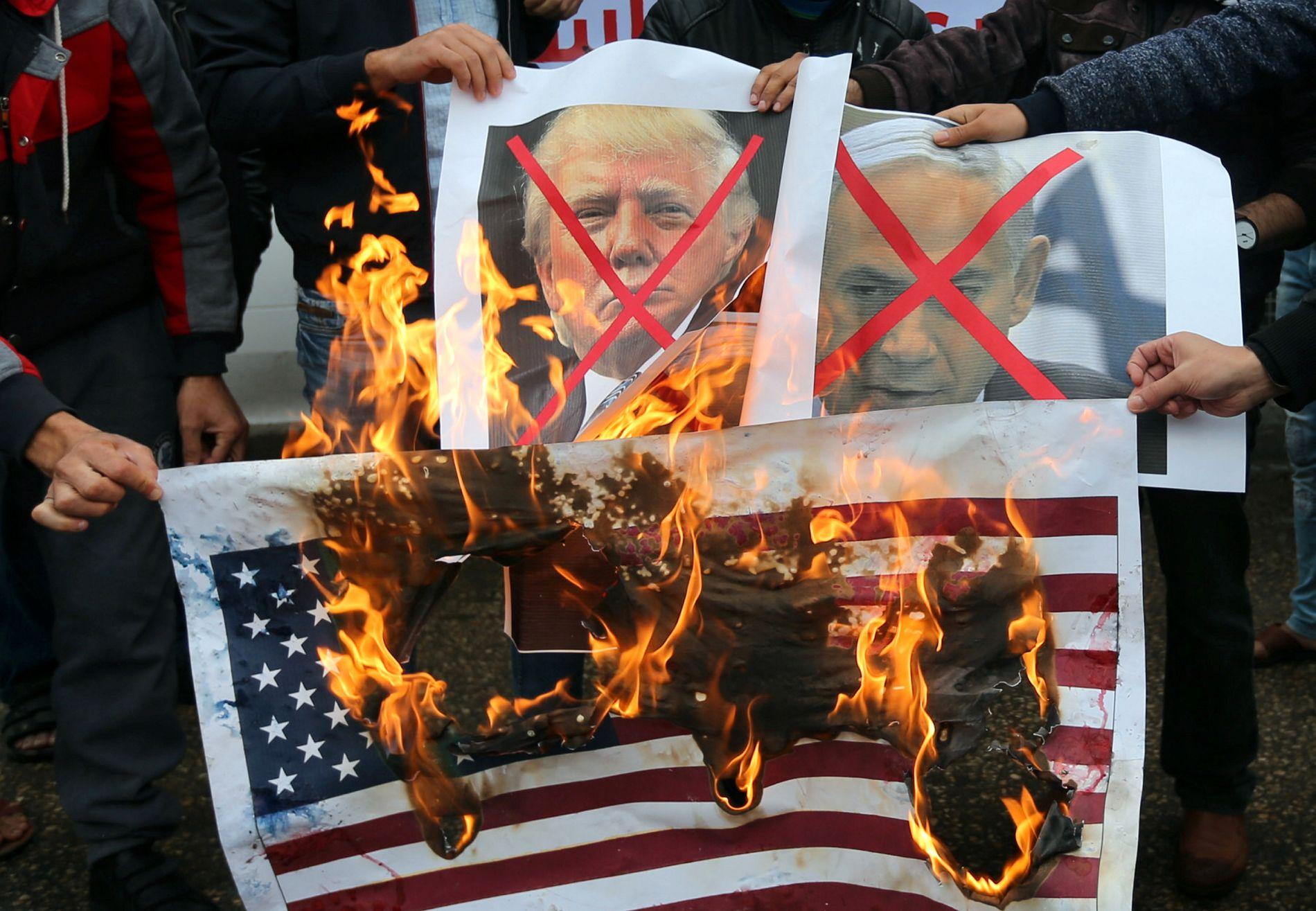 I FLAMMER: Palestinere brenner plakater av Israels statsminister Benjamin Netanyahu og USAs president Donald Trump i Rafah på Gazastripen tirsdag.