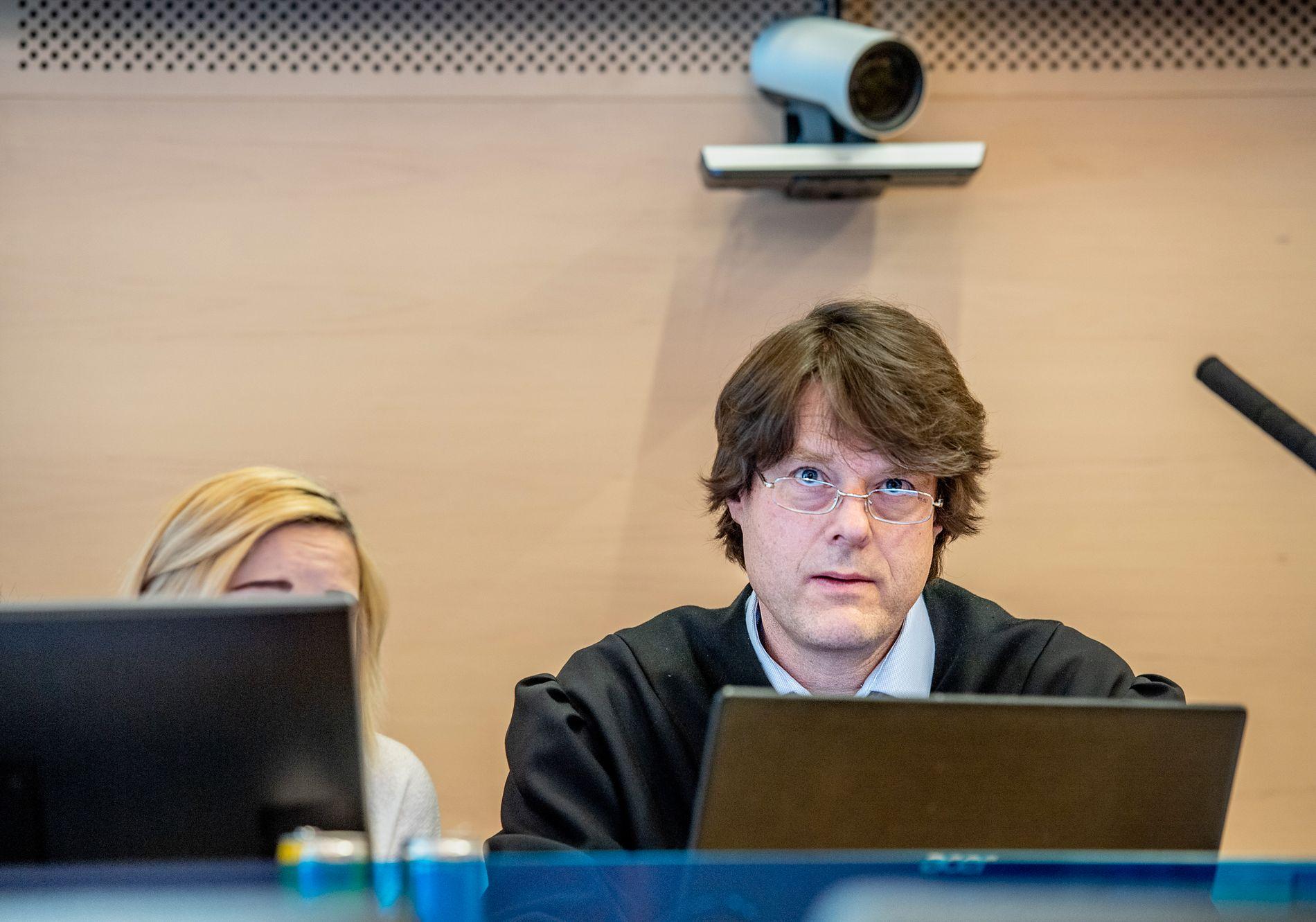 BISTANDSADVOKAT: Jacob Ringsrød er bistandsadvokat til kvinnen VG fikk følge under rettssaken. Her sitter de sammen i retten.