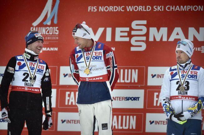 FORBI GUNDE SVAN: Petter Northug gliste godt på seierspallen etter å ha tatt sitt fjerde gull i VM. Her på pallen sammen med Lukas Bauer og Johan Olsson