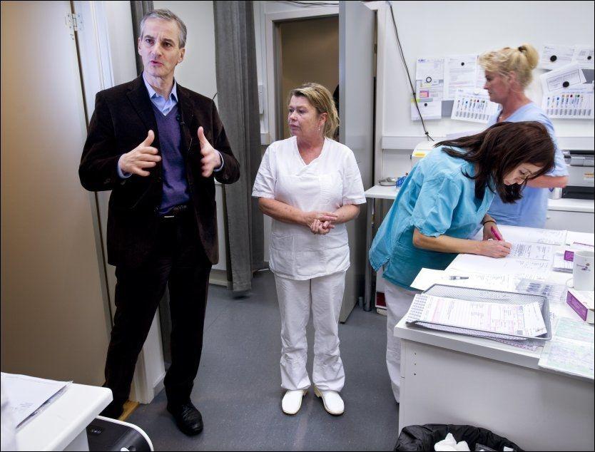 STRAMMER INN: Jonas Gahr Støre mener å gi en halv million flere pasienter rett til nødvendig helsehjelp fra sykehusene. Her besøker han Grensen legekontor ved en tidligere anledning. Foto: HELGE MIKALSEN